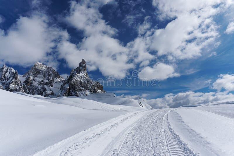 白色雪山全景晴天 库存图片