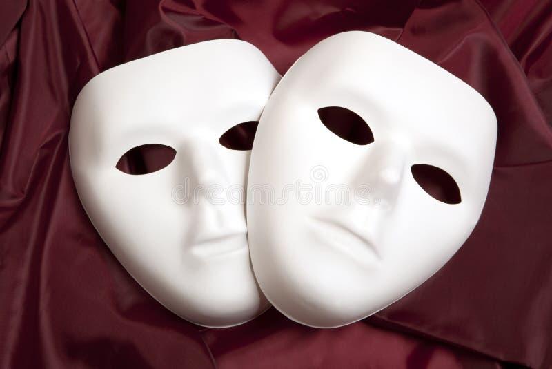 白色面具和红色丝绸 免版税库存照片