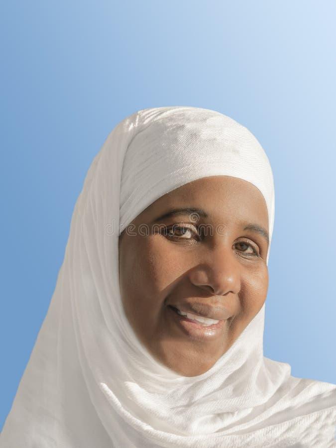 头戴白色面纱的美丽的非洲妇女 免版税库存照片