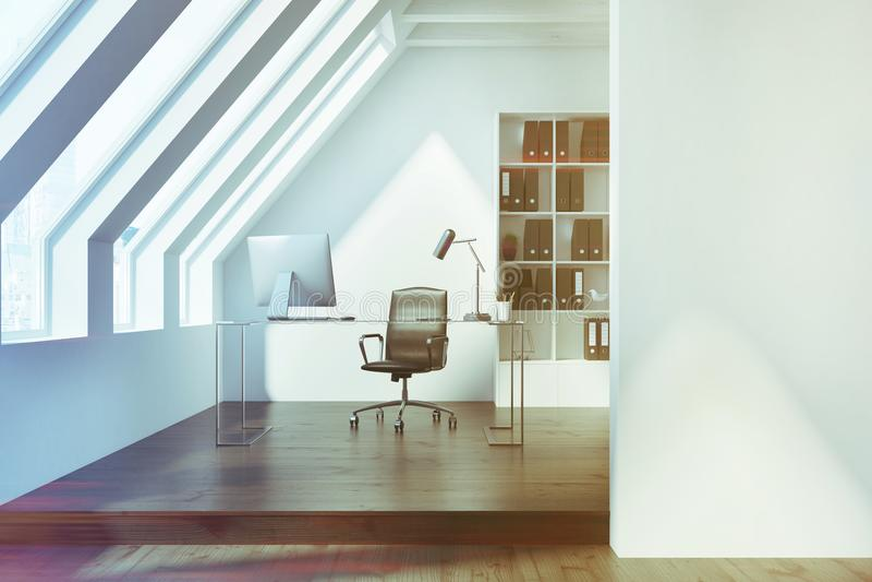 白色顶楼办公室内部,被定调子的黑暗 库存例证