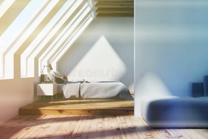 白色顶楼卧室,被定调子的木天花板 库存例证