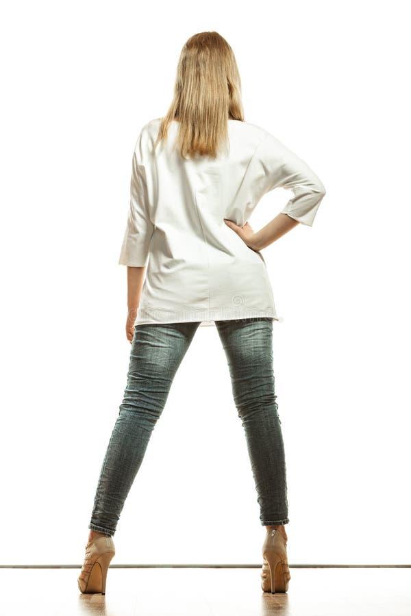 白色顶面高跟鞋的妇女穿上鞋子后面看法 免版税图库摄影