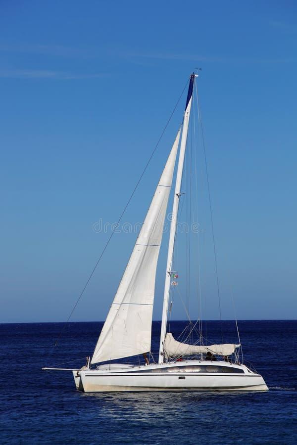 白色风船在撒丁岛,肋前缘埃斯梅拉达,意大利 库存图片