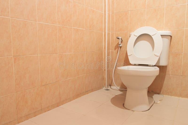 白色马桶在卫生间里 图库摄影