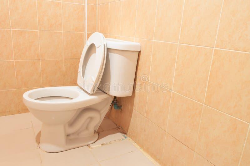 白色马桶在卫生间里 免版税库存照片