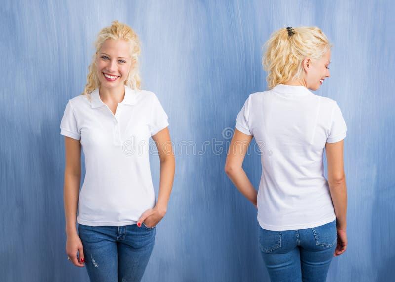 白色马球T恤杉的妇女在蓝色背景 免版税库存照片