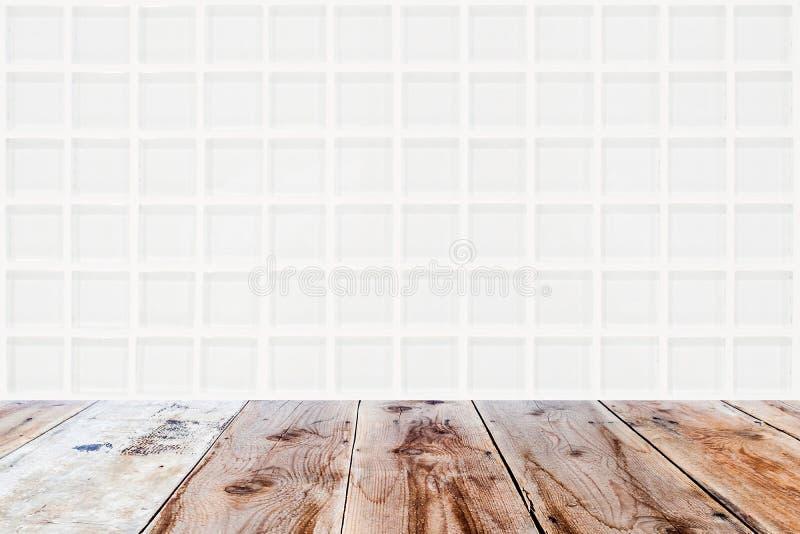 白色马赛克玻璃状墙壁和棕色木地板 库存图片