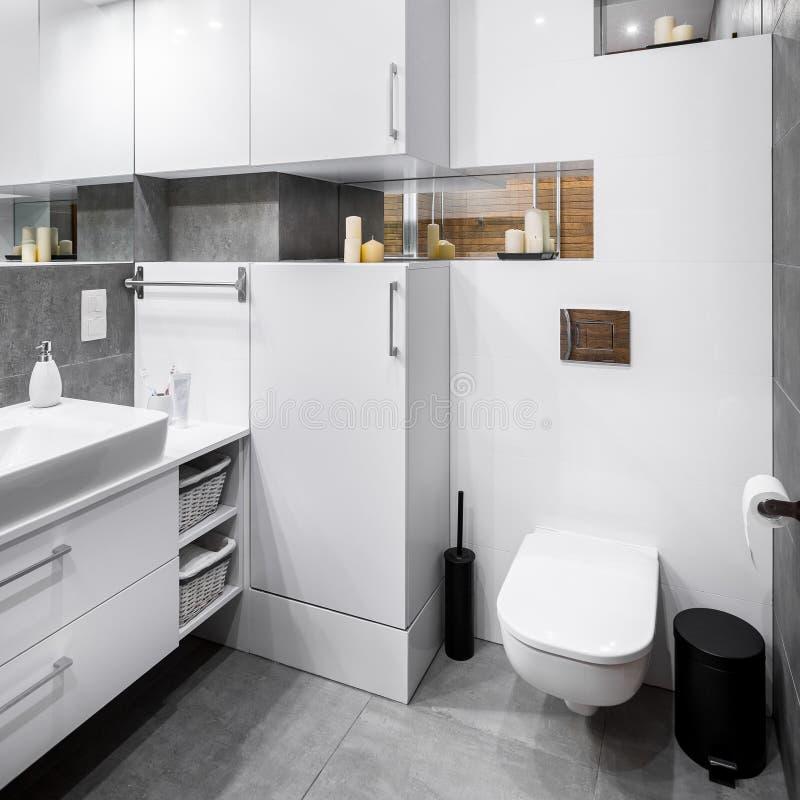 白色高光泽度的卫生间 免版税库存照片