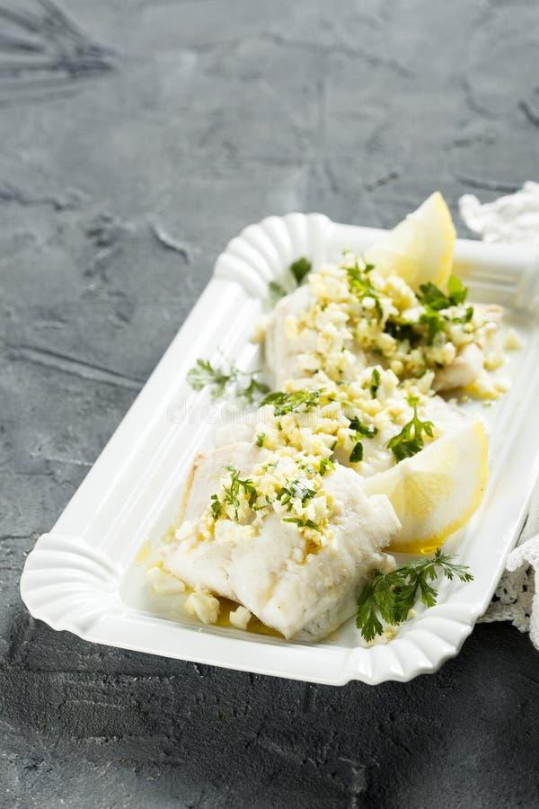 白色鱼烹调了用荷兰芹和柠檬调味汁 库存照片