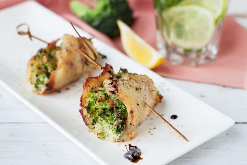 白色鱼肉卷充塞用硬花甘蓝和芦笋 库存图片