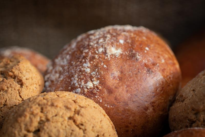 白色麦子面包和小圆面包大面包与麦子五谷和麦子 免版税图库摄影