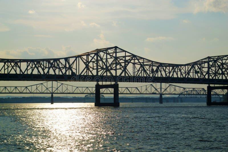 白色,在日落的钢车行道河桥梁 库存照片