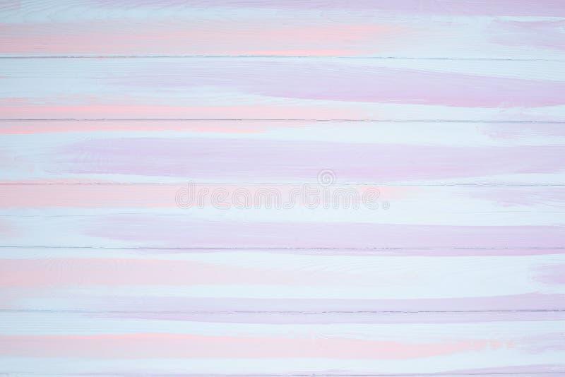 白色,在木背景被绘排行的蓝色和桃红色 库存照片