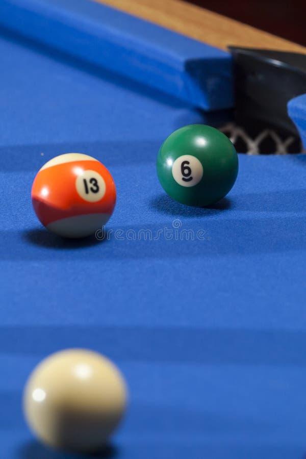 白色,橙色和绿色撞球在撞球台里 库存照片