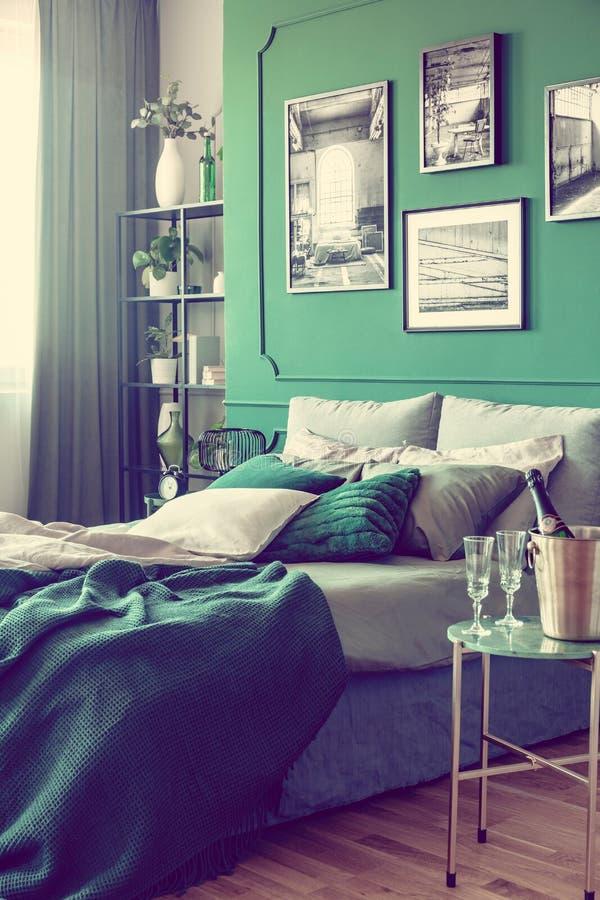 白色,灰色和绿色优等的卧室室内设计 免版税图库摄影