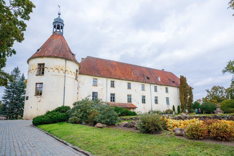 白色,老城堡 在拉脱维亚的老文化对象 库存图片