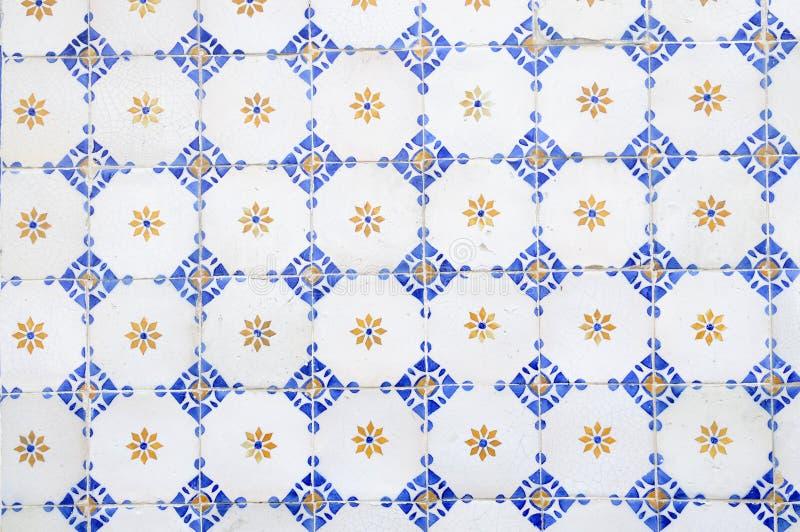 白色,蓝色和黄色给上釉的瓦片 图库摄影