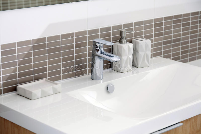 白色水槽在卫生间里 免版税库存照片