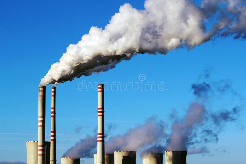 白色从煤电植物的被污染的烟 库存照片