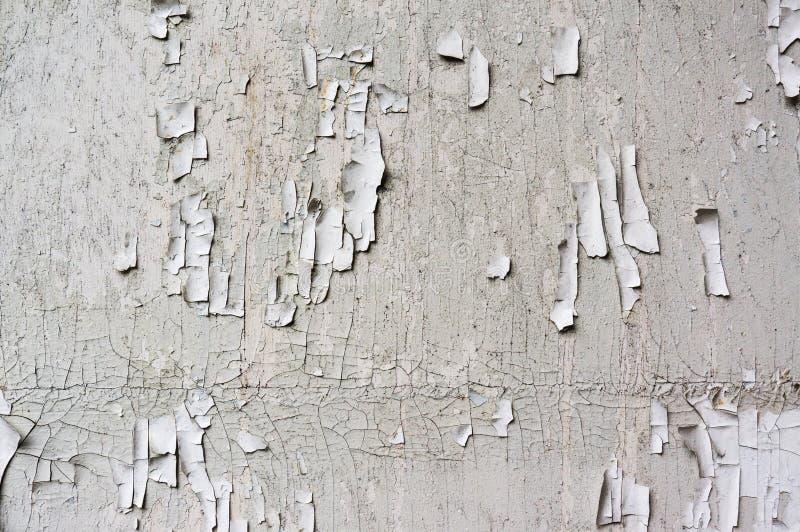 白色破裂的油漆墙壁,难看的东西老背景 免版税库存照片