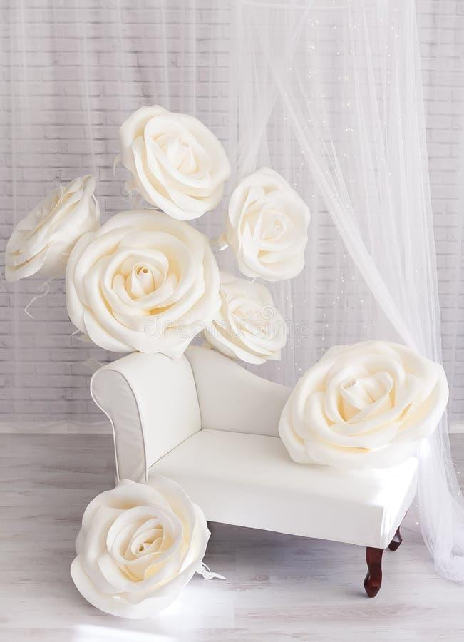 白色photozone在有巨型白花玫瑰的演播室 免版税图库摄影