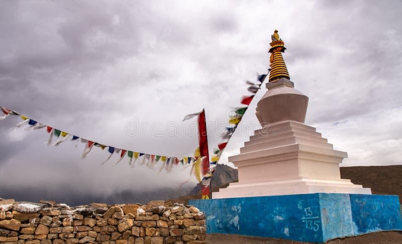 白色stupa,佛教,祈祷的旗子,斯皮迪谷 图库摄影