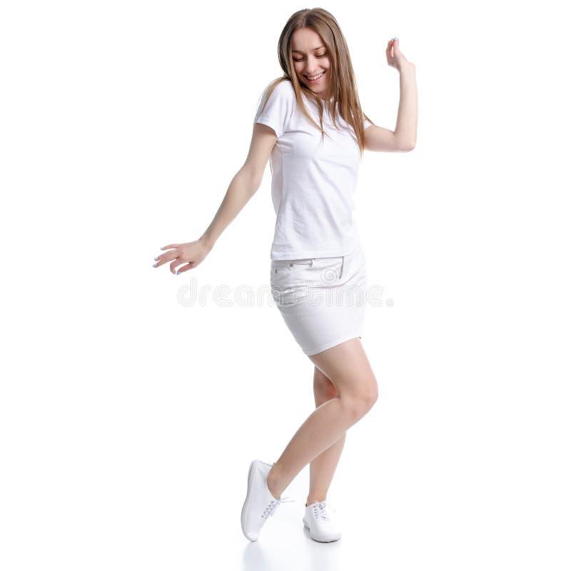 白色T恤和裙子幸福跳舞的妇女 免版税库存照片
