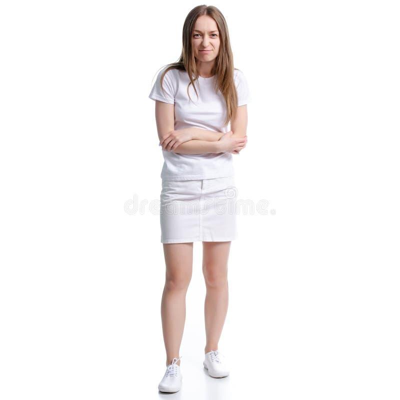 白色T恤和裙子站立的鬼脸的妇女 免版税库存照片