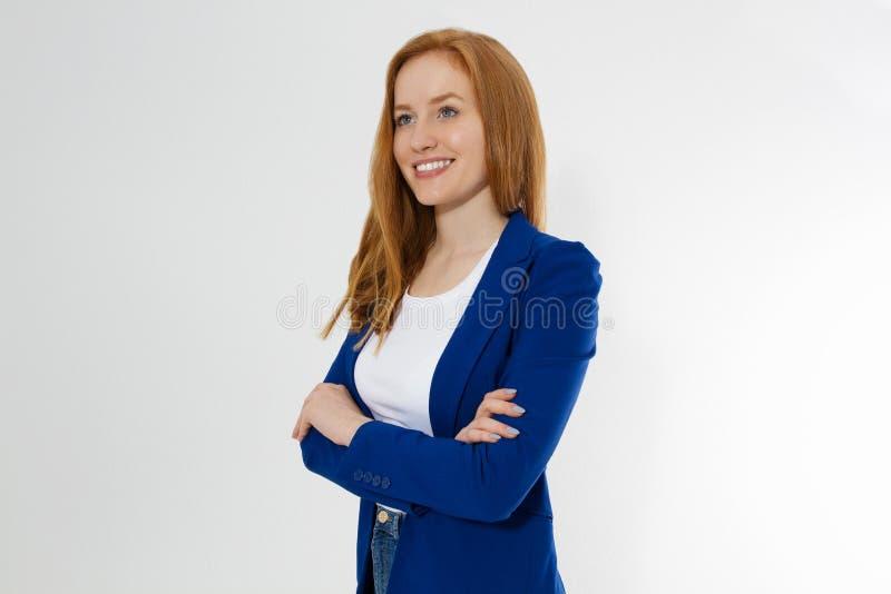 白色T恤杉和黑皮夹克的妇女在白色背景 r ?? 免版税库存图片