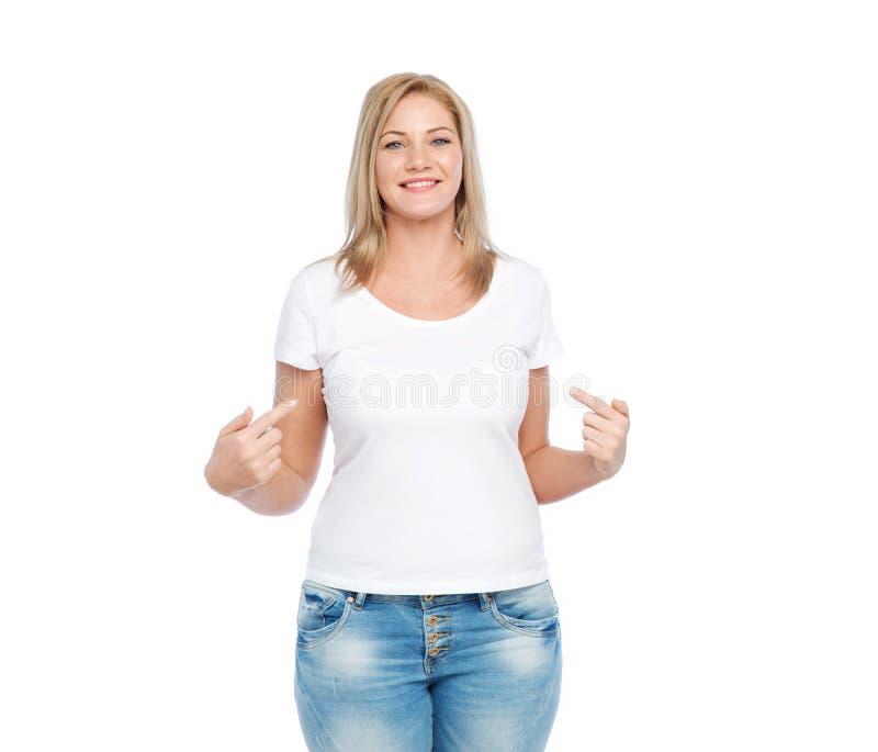 白色T恤杉的妇女指向手指的她自己 库存照片