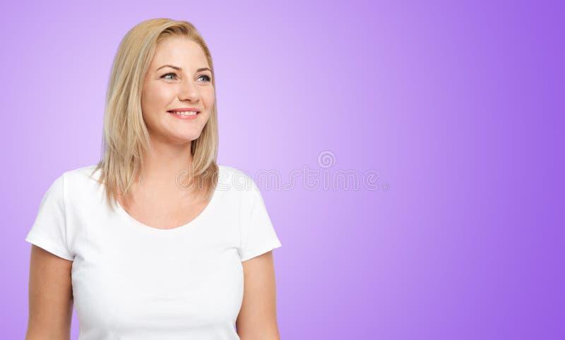 白色T恤杉的愉快的妇女在紫外 库存照片