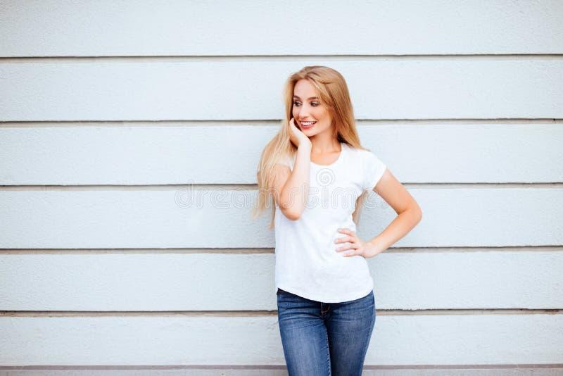 白色T恤杉的美丽的女孩有长和美丽的头发的 库存图片