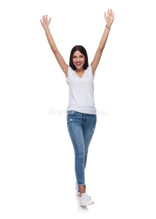 白色T恤杉跨步和celebrati的美丽的深色的妇女 库存图片
