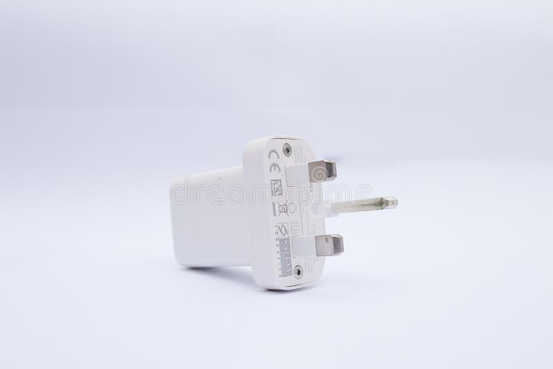 白色USB充电器头/适配器在白色背景 库存照片