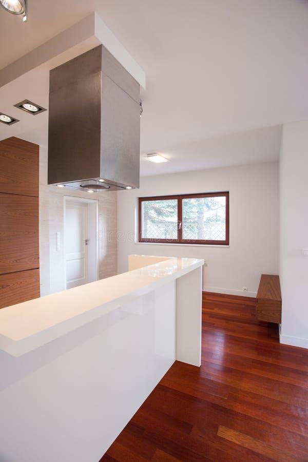 白色worktop在现代厨房里 库存图片