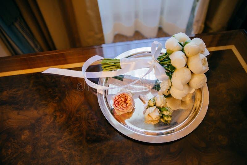 白花和丝带婚姻的花束顶视图在板材 水平的射击 婚姻的属性 关闭 花卉 库存照片