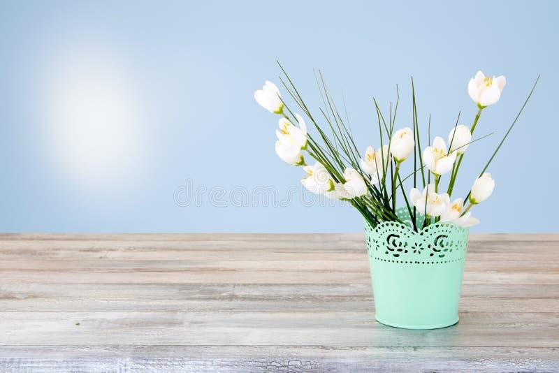 白花花束的装饰构成在土气明亮的 库存照片