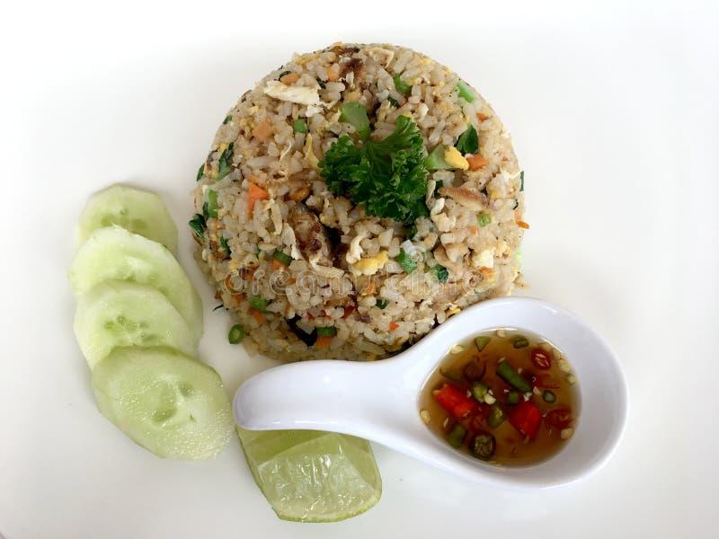 白菜上用鲭鱼、蔬菜配鱼露和黄瓜装饰的炒米 免版税库存图片