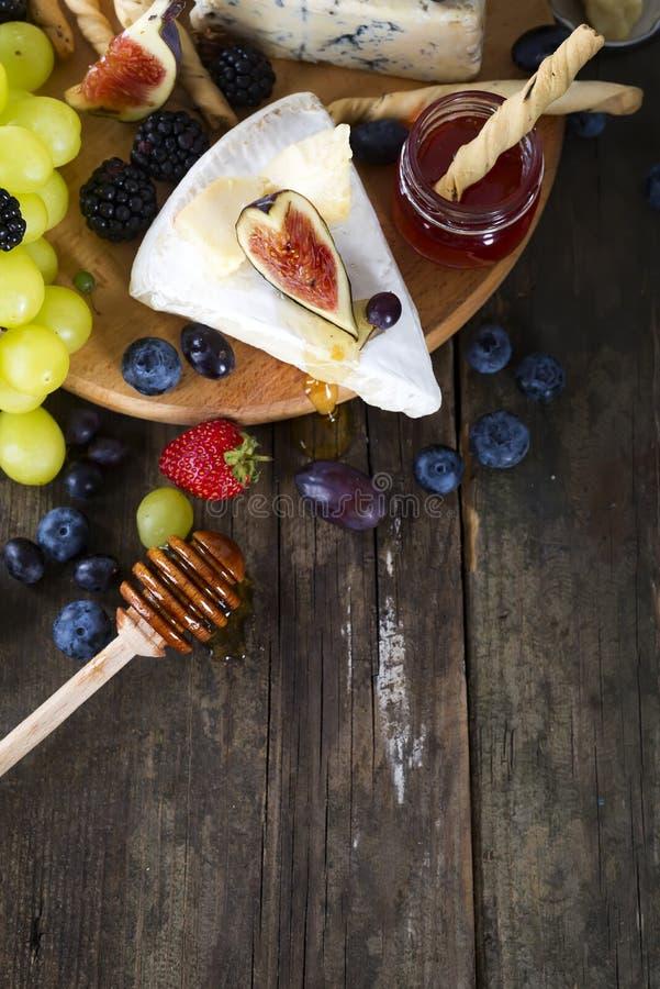 白葡萄、面包、蜂蜜和乳酪 免版税库存照片