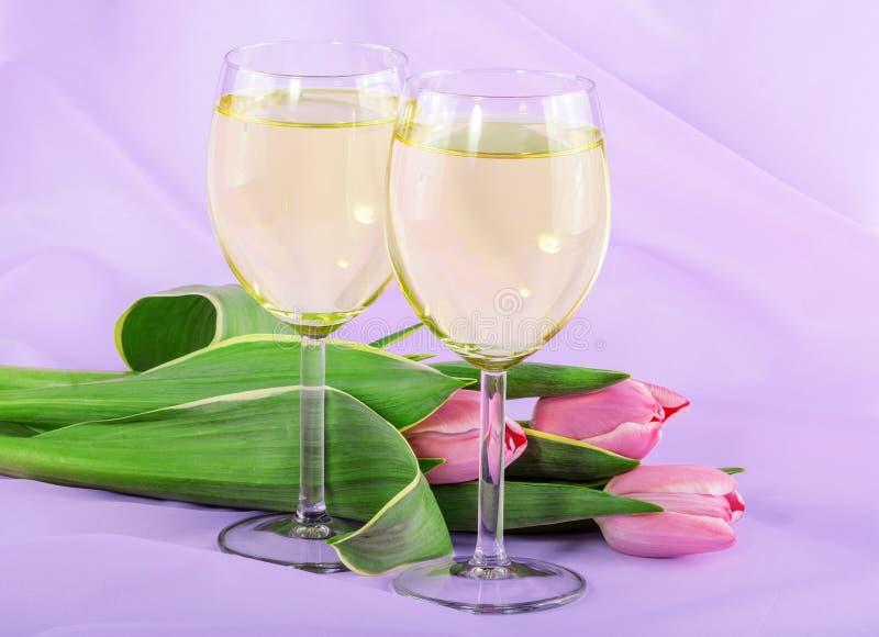 白葡萄酒和桃红色郁金香 图库摄影
