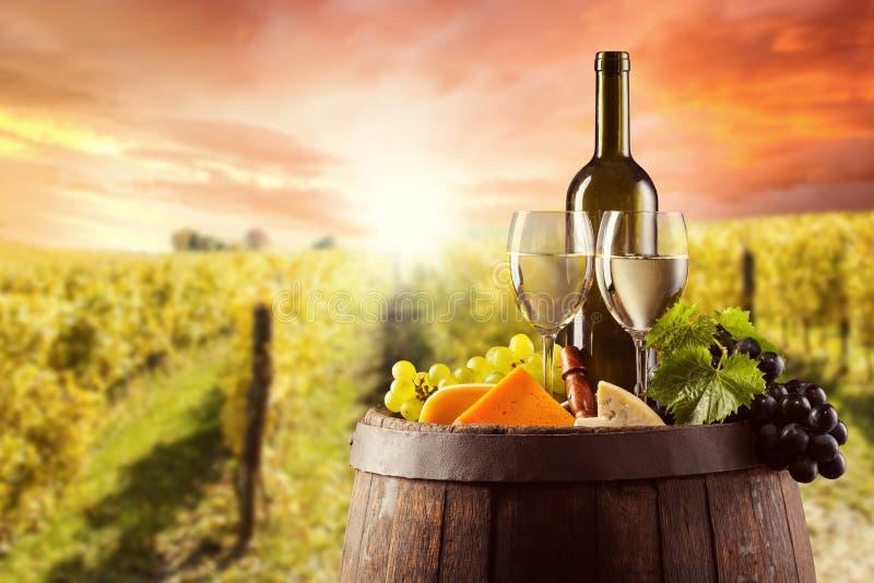 白葡萄酒瓶和玻璃wodden小桶 免版税库存照片
