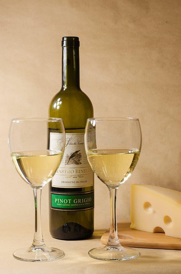 白葡萄酒的乳酪和葡萄 免版税图库摄影