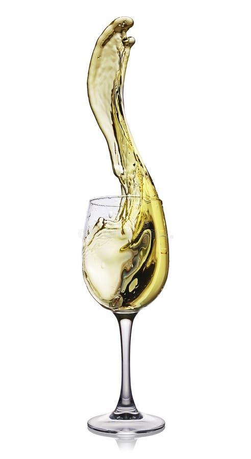 白葡萄酒飞溅在玻璃的与反射 免版税图库摄影