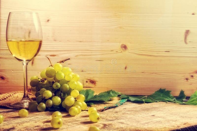 白葡萄酒玻璃和葡萄 库存图片