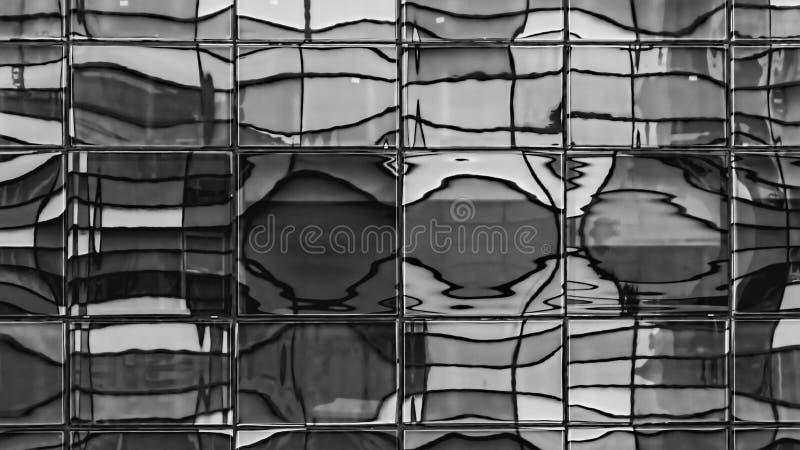 黑白被变形的Windows的反射- 库存图片