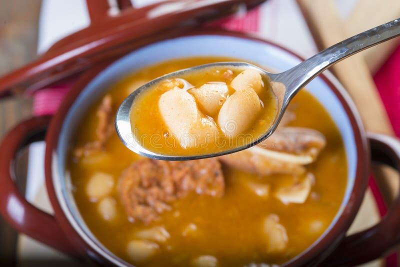 白豆和猪肉炖煮的食物 图库摄影