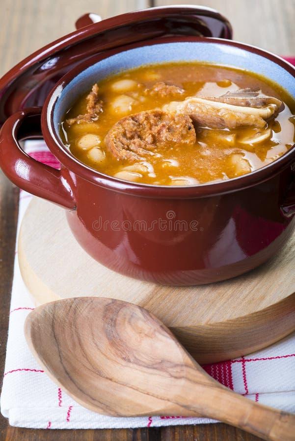 白豆和猪肉炖煮的食物 免版税库存照片