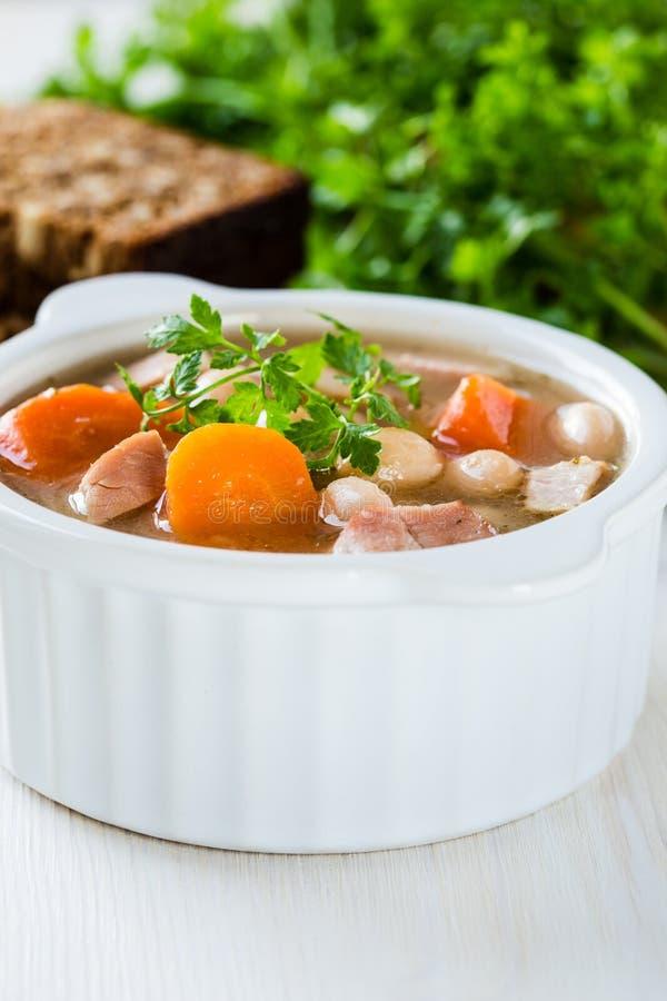白豆汤由豆、红萝卜和火腿制成 库存照片