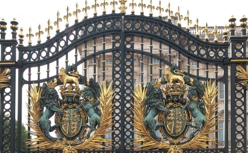 白金汉宫门在伦敦关闭  免版税图库摄影