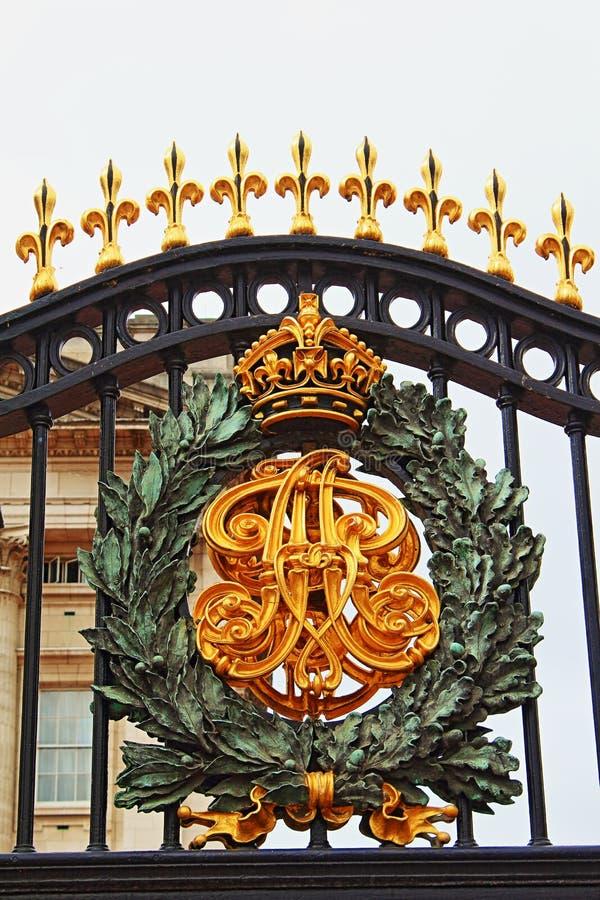 白金汉宫门装饰细节伦敦英国 免版税图库摄影